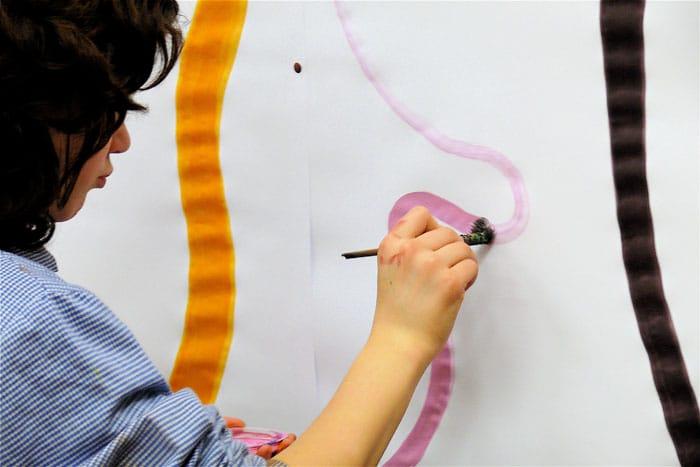 Niña Pintando mural